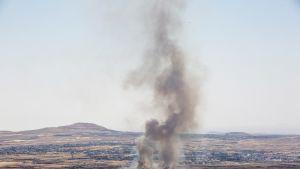 Israelin iskun jälkiä syyrialaiskylässä.
