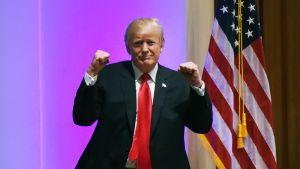 Presidentti Donald Trump nyrkit pystyssä.