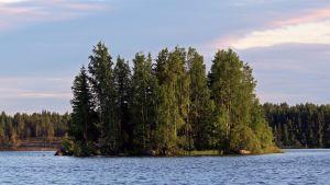 Tämäkin saari Kyrkösjärven uimarannan läheisyydessä on vielä virallisesti nimeämättä.