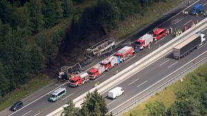 Onnettomuuspaikalla A9-moottoritiellä Münchbergin lähistöllä kuvattuna ilmasta.