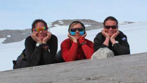 Marjo Lindberg, Jenni Nurminen ja Jaana Vanhatalo poseeraavat jäätikön reunalla.