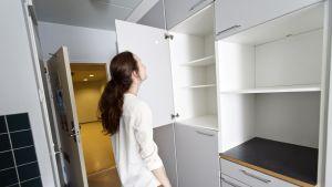 Opiskelija tutkii vuokra-asuntoa.