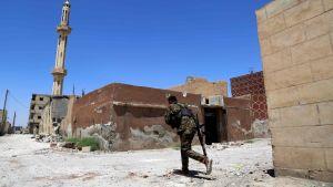 SDF-joukkojen taistelija ryntää kadun yli Raqqan länsiosassa, Daryan kaupunginosassa
