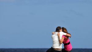 Nuoripari halailee Havannassa.