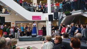 tangomarkkiinoiden kuningatar-finaalistit esiintyivät Seinäjoen Torikeskuksessa.