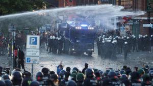 Mellakkapoliisi käytti vesitykkiä Hampurin G20-mielenosoituksessa 6. heinäkuuta.