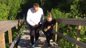 Personal trainer Miira-Mari Muukkonen opasti Heikille tehokasta porrastreeniä Helsingin Herttoniemessä sijaitsevilla Majavatien portailla.