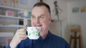 Matti Koskinen juo teetä.