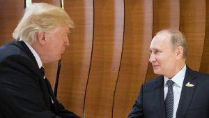 Donald Trump ja Vladimir Putin kättelevät Hampurissa.
