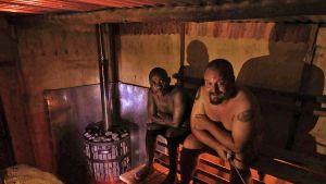 Samuel Muzolewa ja Ukko Liikkanen saunomassa Ugandan Entebbessä.