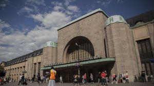 Iso Numeron myyjä Helsingin päärautatieaseman edessä.