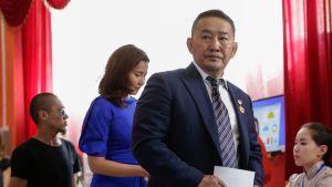 Mongolian presidentiksi valittiin Demokraattisen puolueen Khaltmaa Battulga, joka kuvattiin äänestämässä pääkaupungissa Ulaanbaatarissa 7. heinäkuuta.