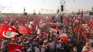 Ihmisjoukkoja, Turkin lippuja, adalet (oikeus)-kylttejä.