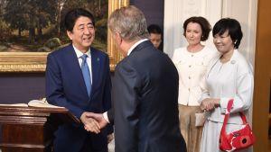 Japanin pääministeri Shinzo Abe ja presidentti Sauli Niinistö kättelivät presidentinlinnassa maanantaina. Oikealla Akie Abe.