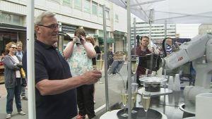 Robotti tarjoilee juomia ihmisille Porin keskustassa.
