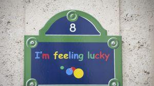 """Kyltissä on  numero 8 ja Googlen hakukoneesta tunnettu teksti: """"I'm feeling lucky."""""""