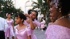 Tytöt valmistautuvat hääjuhlaan.