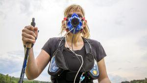 Kasvoille astettu maski seuraa esimerkiksi hapenkulutusta sauvakävelyn aikana.