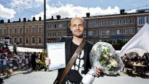 Juha Tapio vastaanotti Juha Vainion Rahaston tunnustuspalkinnon Kotkassa.