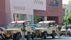 Poliiseja lomahotellin edustalla hyökkäyksen jälkeen Hurghadassa perjantaina.