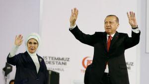 Recep Tayyip Erdoğan ja hänen vaimonsa Emine Erdoğan vilkuttivat tukijoilleen vallankaappausyrityksen vuosipäivänä Istanbulissa lauantaina.