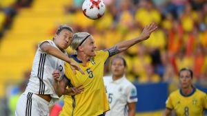 Saksan Josephine Henning (vas.) taistelee Ruotsin Nilla Fischeriä vastaan.