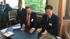 Kiinan suurlähettiläs Chen Li hymyilee Savonlinnassa.