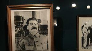 Valokuva Stalinista näytteillä bunkkerimuseon vitriinissä.
