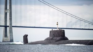 Venäläinen ydinsukellusvene Dmitrij Donskoj sillan alla.