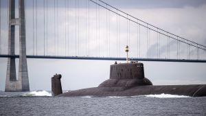 Ydinsukellusvene Dmitri Donskoi alittaa Juutinraumansillan Tanskassa.