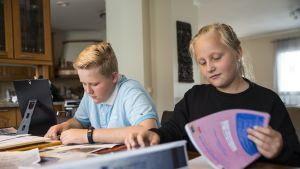 Peruskoulu ulkomailla / Aapo ja Oona Hannuksela opiskelivat vuoden Thaimaassa.