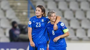 Italian Cristiana Girelli (vas.) ja Melanie Gabbiadini.