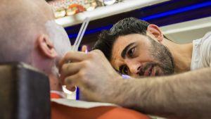 Üçler Kocak, parturi leikkaa partaa
