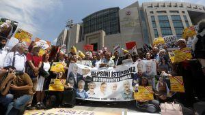 Turkkilaiset aktivistit osoittavat mieltään Istanbulin oikeustalon edustalla heinäkuussa 2017.