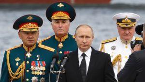 Putin avaamassa laivastoparaatia.