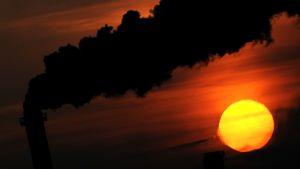 tehtaanpiippu auringonlaskussa