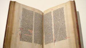 Kellastuneen keskiaikaisen kirjan aukeama.