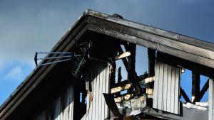 Vaasassa omakotitalon ullakko tuhoutui todennäköisesti salaman sytyttämässä tulipalossa torstai-aamuna.