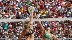 Brasilian Carolina Horta ja Kanadan Taylor Pischke taistelevat verkolla.