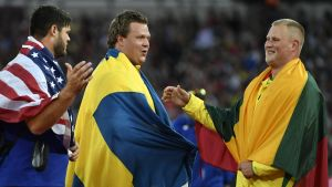 USA:n Mason Finley, keskellä Ruotsin Daniel Ståhl ja kultamitalisti Andrius Gudzius