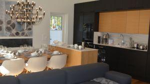 Mustaa ja puuta yhdistelevä keittiö