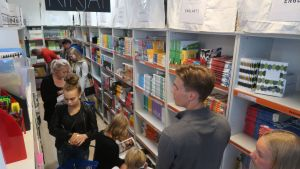 Asiakkaita Jamera-kirjakaupassa Tampereella.