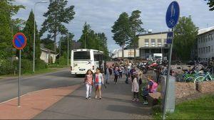 Anjalan koulun oppilaita poistuu koulubussista