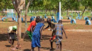 Eteläsudanilaisia pakolaislapsia leikkii Gambelan pakolaisleirillä Etiopiasa 21.kesäkuuta.