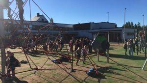 Karvian yhtenäiskoulu koululaisia liikuntapiha koulu Karvia