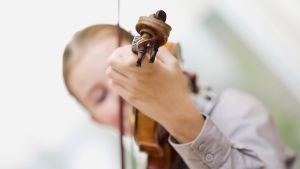 tyttö soittaa viulua.