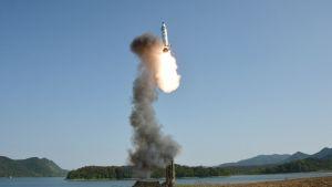 Ballistisen raketin testausta Pohjois-Koreassa 2017.