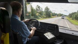 Paakinahon liikenteen bussinkuljettaja Martti Myllyniemi ajaa linja-autoa Oulusta Haapavedelle 15.6.2017.