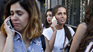 Ihmiset tavoittelevat toisaan puhelimitse.