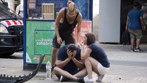 Terrori-iskussa loukkaantuneita ihmisiä La Ramblalla Barcelonassa torstaina.